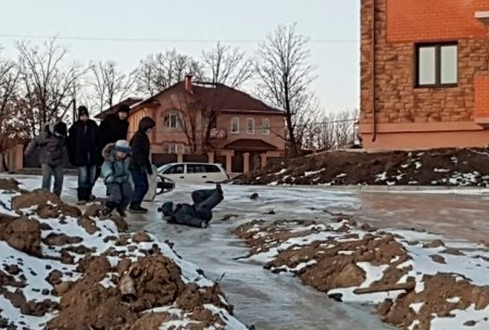 Российские дети покатались с горки из заледеневших фекалий